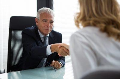 Beim Vorstellungsgespräch richtig begrüßen und Hand geben, ist ganz einfach oder doch nicht?